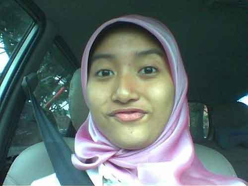 aksi-gadis-cantik-jilbab-pink-mobil-suzuki-honda-mazda-mercy-toyota-model-logo-terbaru